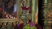 православный : Candles on a candlestick in a church. Religious holiday. Стоковые видеозаписи