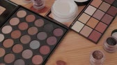 aplicador : Professional makeup kit in a makeup studio on a wooden table. Vídeos