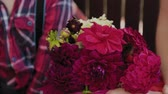 bloemstuk : Beautiful red bouquet of flowers in the hands. Stockvideo