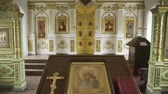 nupcial : Orthodox golden cross and icon in the church. Stock Footage