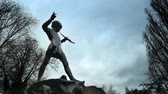 Питер : The bronze of Peter Pan in Kensington Gardens is one of the most popular statues in London. This site  was chosen for the statue by J M Barrie, the author who created him. Стоковые видеозаписи