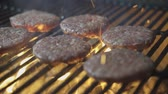 огонь : Hamburgers on grill slow motion