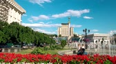 euromaidan : Maidan Nezalezhnosti in Kyiv, Ukraine. Blooming flower beds and fountains on a sunny day Stock Footage