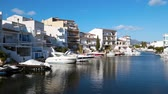 моторная лодка : It is a beautiful landscape of the Mediterranean Sea. Motor boats moored in the city of Empuriabrava, Spain