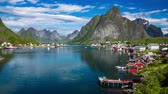 norueguês : Lofoten is an archipelago in the county of Nordland, Norway. Is known for a distinctive scenery with dramatic mountains and peaks, open sea and sheltered bays, beaches and untouched lands.