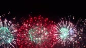 estouro : Colorful fireworks exploding in the night sky. Celebrations and events in bright colors.