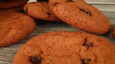 assar : Oatmeal cookies with chocolate close-up Vídeos