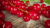 groselha : Super close macro of a redcurrants on a wooden table.