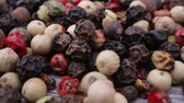 перчинка : Macro close-up Mixed peppercorns. Dry mix peppercorns close up