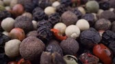 biber tanesi : Macro close-up Mixed peppercorns. Dry mix peppercorns close up