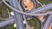 diretamente acima : Timelapse Aerial view of a freeway intersection traffic trails in Moscow.