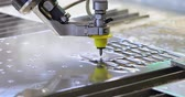 snijmachine : CNC waterstraal snijmachine moderne industriële technologie. Stockvideo