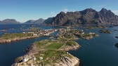 skandinávia : Henningsvaer Lofoten is an archipelago in the county of Nordland, Norway. Is known for a distinctive scenery with dramatic mountains and peaks, open sea and sheltered bays, beaches and untouched lands Stock mozgókép