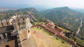 каменная стена : Kumbhalgarh is a Mewar fortress on the westerly range of Aravalli Hills, in the Rajsamand district near Udaipur of Rajasthan state in western India.