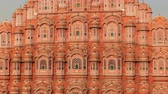 islámský : Hawa Mahal (Palace of Winds or Palace of Breez) is a palace in Jaipur, India. Palace sits on the edge of the City Palace, Jaipur, and extends to the Zenana, or womens chambers. Dostupné videozáznamy