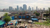 Views of slums on the shores of mumbai, India against the backdrop of skyscrapers under construction Vidéos Libres De Droits