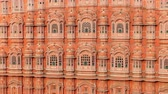 arte islamico : Hawa Mahal (Palace of Winds or Palace of Breez) is a palace in Jaipur, India. Palace sits on the edge of the City Palace, Jaipur, and extends to the Zenana, or womens chambers. Archivo de Video