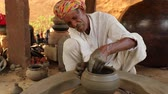 töpferei : Potter at work makes ceramic dishes. India, Rajasthan.