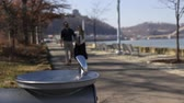 namorado : Couple walks by water fountain in downtown Pittsburgh