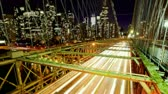 коммутирующих : Brooklyn Bridge and New York City skyline at night, time lapse Стоковые видеозаписи