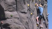 postroj : Young boy races to the top of the rock climbing wall Dostupné videozáznamy