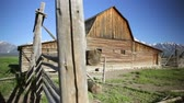 сарай : John Moulton barn on Mormon Row, Grand Teton National Park, dolly shot