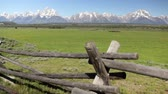 prérie : Dolly shot of split-rail wood fence and the Grand Tetons