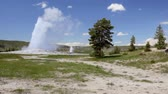 populair : Kraan geschoten van Old Faithful, Yellowstone National Park