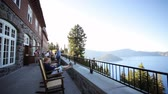 erkély : People enjoying the balcony overlooking Crater Lake, Oregon
