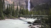 falésias : Pedestrian bridge over the Kicking Horse river and view of Takakkaw Falls, with high quality audio included Vídeos