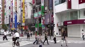 viagens de negócios : Pedestrians at intersection in busy Shinjuku, Tokyo, Japan Stock Footage