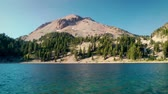 горная вершина : Lake Helen and Lassen Peak at Lassen Volcanic National Park, near Redman, California Стоковые видеозаписи