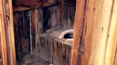 уборная : Weathered, old outhouse in Bodie State Historic Park