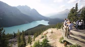 erkély : Tourists at Peyto Lake Overlook, Banff National Park, Canada Stock mozgókép