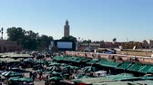 dingen : Jemaa el-Fna marktkramen Central Square Souk Shopping Marrakech Marokko Stockvideo