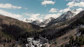 montanhas rochosas : Aspen, United States - April 19, 2019: Drone shot of scenic landscape of the rocky mountains, forests and snowy back roads near Aspen Colorado Stock Footage