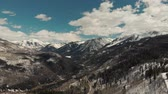 интерес : Aspen, United States - April 19, 2019: Drone shot of scenic landscape of the rocky mountains, forests and snowy back roads near Aspen Colorado Стоковые видеозаписи
