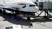 combustível : Las Vegas, United States - April 19, 2019: British Airways Boeing 777 being loaded and prepared by Las Vegas ground grew before flight to London