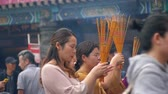 Locals and tourists pray at Wong  Tai Xin temple, Hong Kong Stok Video