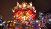 fairgrounds : Crowded Traditional Christmas Fair in Brussels. Typical carousel spinning and smoky. Christmas atmosphere in the city center of Brussels. Great illuminated Christmas fair crowded. Stock Footage