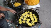 suikerfeest : Indiaas Jalebi-voedsel Stockvideo