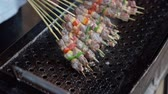 madagaskar : SLOW MOTION: Making barbecue skewers