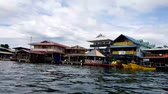 bangalô : BOCAS DEL TORO, PANAMA, NOV 6, 2017: Shoreline of Bocas Town with hotels, restaurants, and water taxis, Bocas del Toro, Panama in Bocas del Toro, Panama on Nov 6, 2017. Vídeos