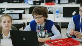 lekcja : Moscow, Russia - April 24, 2018: Children learn how to program a robot at Skolkovo Robotics Forum Wideo