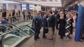 participante : Moscow, Russia - March 27, 2018: Visitors of business conference converse at the hall