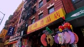 сувениры : New York, USA - September 6, 2018: Souvenirs in a gift shop in China Town