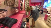 butik : New York, USA - September 6, 2018: Buyers visiting Victorias Secret secret store at fifth avenue