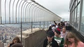 observar : New York, USA - September 6, 2018: Visitors observing Manhattan cityscape at Empire State building observation deck