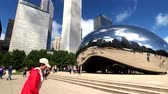 Иллинойс : Chicago, USA - September 6, 2018: Tourists visiting the city landmark sculpture. Cloud Gate is a public sculpture by Indian-born British artist Sir Anish Kapoor