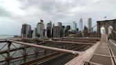 puente de manhattan : New York, USA - September 6, 2018: People walking in Brooklyn bridge at day time Archivo de Video